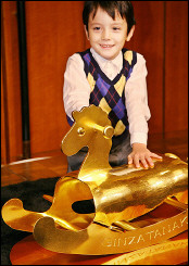 Goldenes Schaukelpferd für einen Prinzen