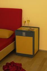 Geräuschloser Kühlschrank neben dem Bett