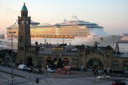 Freedom of the Seas bei den Landungsbrücken in Hamburg