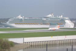Freedom of the Seas bei den Airbus-Werken in Finkenwerder, Hamburg