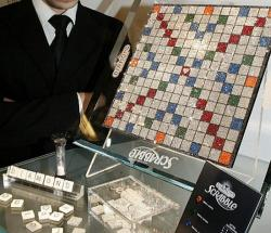 Scrabble Brett von Hasbro mit Swarovski Kristallen