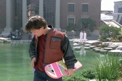 Marty McFly alias Michael J. Fox mit seinem Hoverboard