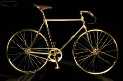 Goldenes Rennrad mit Swarovski Kristallen
