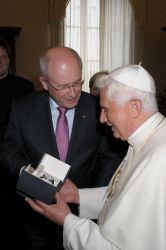Papst Benedikt XVI. trägt Erhard Junghans