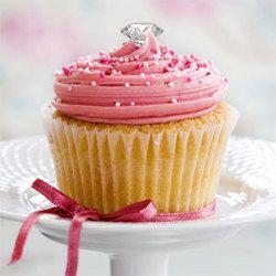 kleiner, muffinähnlicher Kuchen mit Diamant besetzt um ums Ja-Wort anzuhalten