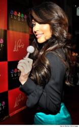 Kim Kardashian präsentiert eine Million Dollar Lolli