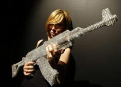 Nicola Bolla kreiert AK-47 aus Swarovski Kristallen