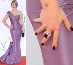 Kelly Osbournes Nagellack bei den Emmy Awards