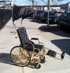 Lady Gaga im goldenen Luxus-Rollstuhl