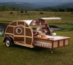 Ein fahrender Picknick Whiskey Wohnwagen.