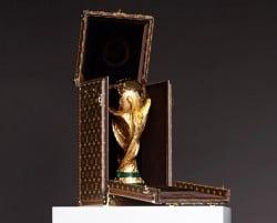 Die Fifa WM Trophäe im Louis Vuitton Koffer