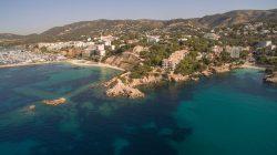 Premiumlage: Idyllische Bucht und exklusive Marina vor Traumkulisse