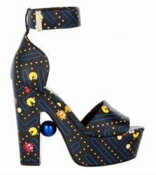 Schuhe von Nicholas Kirkwood mit Pacman-Muster und einer großen Perle unter dem Absatz.