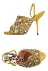 Stiletto von Rochas in gold, der mit Kristallen und Perlen besetzt ist.
