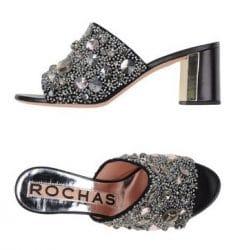 Ein Slipper von Rochas mit Perlchen und Kristallen besetzt.