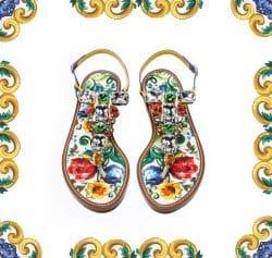 Ein Paar Sandalen mit Schmucksteinen und buntem Muster