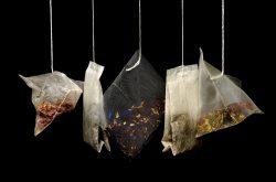 Eine Reihe von Teebeuteln mit verschiedenem Inhalt