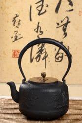 Teekanne vor chinesischen Schriftzeichen