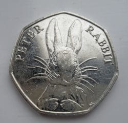 50-Pence-Münze mit Peter-Rabbit-Abdruck - Amanda Slater https://www.flickr.com/photos/pikerslanefarm/28606915355