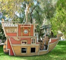 Ein eigenes Piratenschiff als Abenteuerspielplatz im eigegenen Garten - gesehen bei Posh Tots