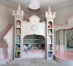 Das Bett umrahmt von Zinnen und Türen. Nebenan eine Bühne: Das Zimmer wird für kleine Prinzessinnen zum Schloss umgebaut.