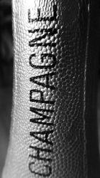 Nur, wo Schaumwein aus der Champagne drin ist, darf auch Champagner draufstehen, auf dem Etikett am Flaschenhals zum Beispiel..