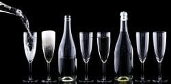 In Reih und Glied: Gläser und Flaschen voller Edel-Champagner