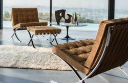 Zwei Barcelona-Chairs mit einem Barcelona-Hocker