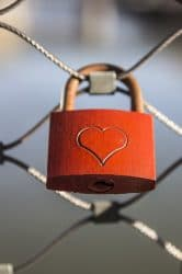 Symbol der Liebe: Italiener bringen am Valentinsgtag Schlösser an Brückengeländern an.