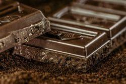 Detailaufnahme mehrer Stückchen Schokolade