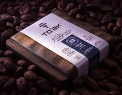 Eine Tafel To´ak in Holzschatulle auf Kakaobohnen