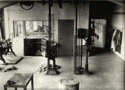 Schwarz-Weiß-Aufnahme der Metallwerkstatt vom Bauhaus in Dessau