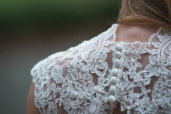 Detailaufnahme - Brautkleid von hinten mit Knopfleiste und Spitze