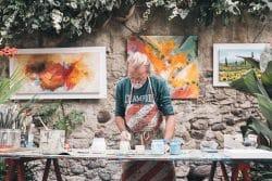 Ein Maler bei der Arbeit in seinem Open-Air-Atelier - künftige KUnst-Stücke zum Sammeln?