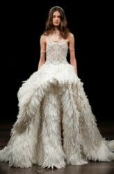 Brautkleid mit einem Rock aus vielen Federn