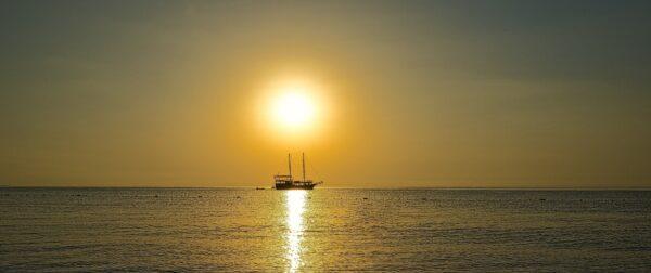Dinner bei Sonnenuntergang auf hoher See