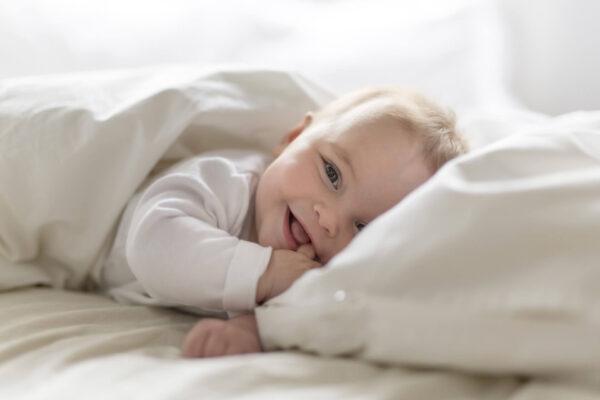 Wie ziehen Sie Ihr Baby tagsüber je nach Temperatur an?