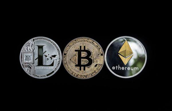 Zwischen Bitcoin und Altcoins handeln